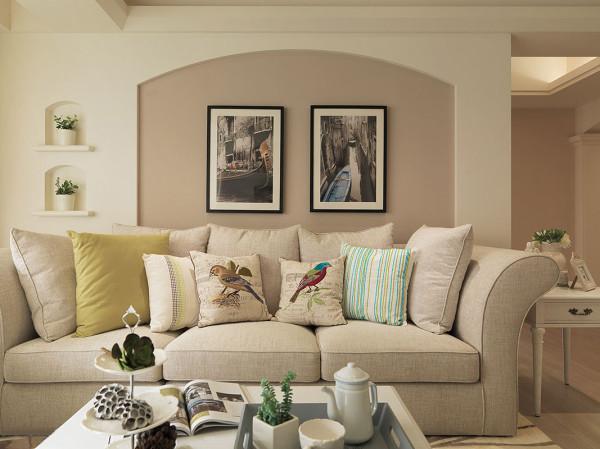 延续玄关语汇,松软布质沙发后方,随波清荡的贡多拉摄影作品,缀点出闲适自在的美式温馨情调。