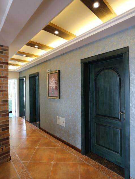 墙面用重色总是会让人犹豫,但是真的做出来了一定能让空间出彩。走廊的墙上,重色的墙纸加上更重颜色的门,反正我是最喜欢这面墙!