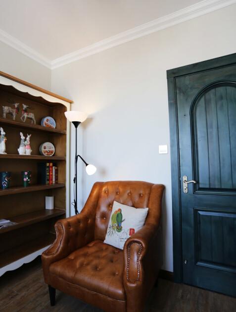 书房里一人沙发上看书一人书桌前上网,同一空间互不影响,又不失温馨。