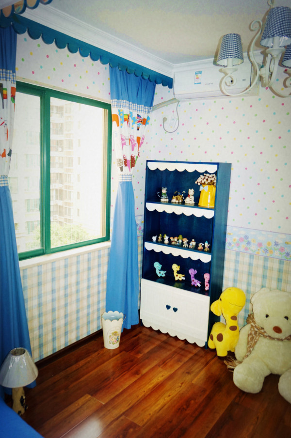 儿童房,蓝白地中海风格的饰柜,还有充满了童趣 的饰品,都装满了小夫妻对未来孩子的期盼。蓝色的窗帘布艺,中间还有彩色小马