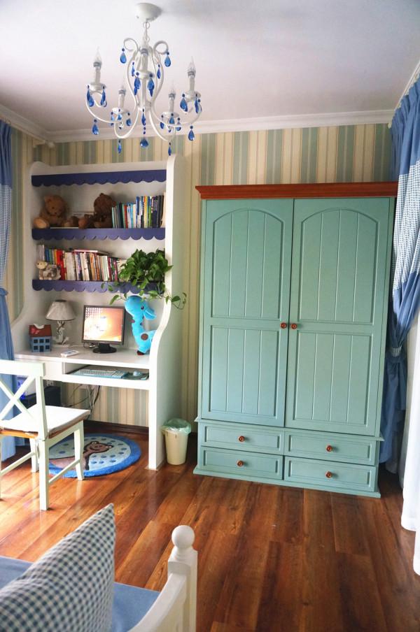 场制作的一体的书桌与书架可以节省空间,还有蓝色的波浪板,还有蓝绿色的双门成品衣柜