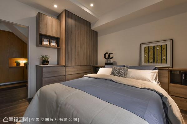 木纹的地坪与柜体搭配,结合柔和光感,营造静谧的舒适气息。