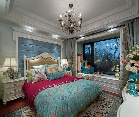 淡蓝色的墙面让本来忧郁的蓝色更加富有生机和活力,这种浪漫一直延伸到整个主卧的空间。高贵的红色、圣洁的白色,法兰西宫庭花纹遥相呼应。