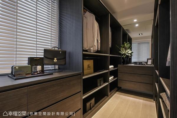 从梯间望向次卧室,迎面而来的柔美色彩,加上展示柜体的设计,形塑迷人端景。