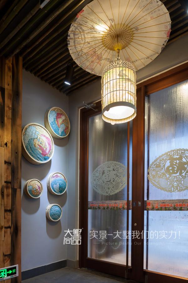 一进门就被浓浓的中国风所吸引,顶面的小伞,竹子做的筒灯,完美地将传统文化与餐厅结合起来。