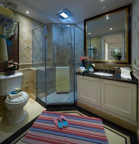 浴室的玻璃幕墙很好地将干湿区区分开来,既可以防滑,又能够大大减少卫浴橱柜等物品的受潮损害。