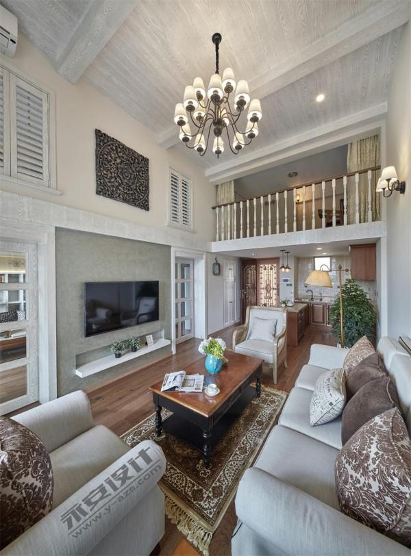 客厅: 电视背景把客厅与书房巧妙结合,推拉门的使用使两者之间动静有序。