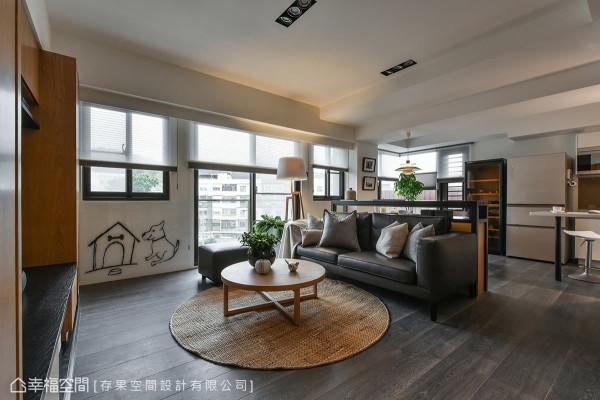 户外暖阳随窗映照在室内空间里,深色木地板铺陈整个公领域,带来沉稳气息。