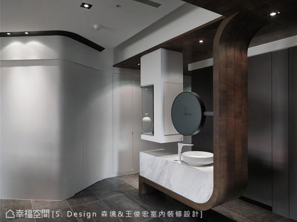 突破思维上的窠臼,以一种装置性、艺术式的手法,整合展示柜与盥洗平台机能,并藉此划分出入的行走动线。