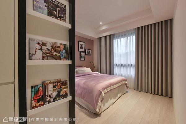 有别于主卧室的柔美氛围,更衣室挑选深色系统柜体,创造高质感空间。