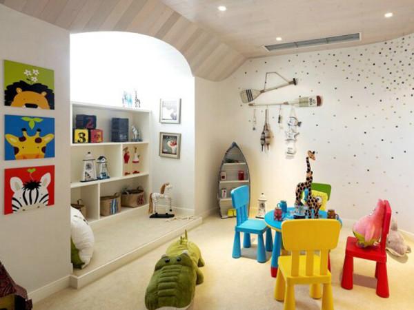 儿童房真是独树一帜,白色背景里充满了五颜六色,让你眼花缭乱但又童趣 满满。