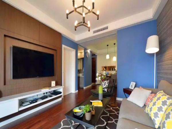 电视背景同样用木饰面呼应,白色电视柜深浅组合。