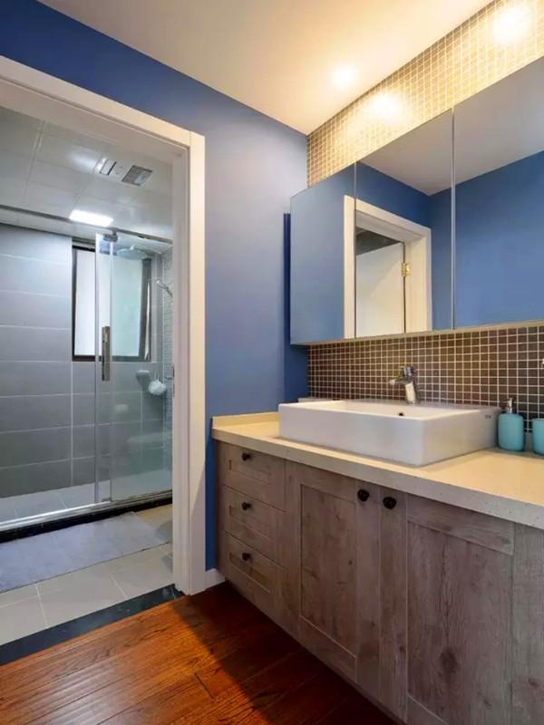 卫生间干湿分离,蓝色的墙面搭配灰色的背景和柜子。