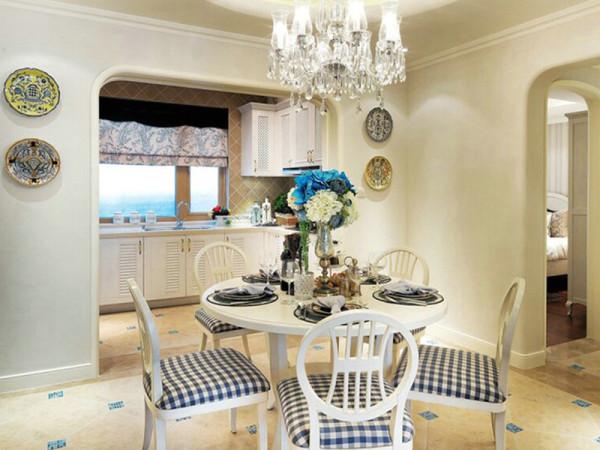 造型唯美的欧式餐桌及家具和墙面上的圆形装饰品相得益彰,为白色空间增 添新鲜色彩。
