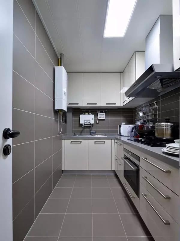 灰色调的厨房用钛白色的烤漆橱柜,干净利落。