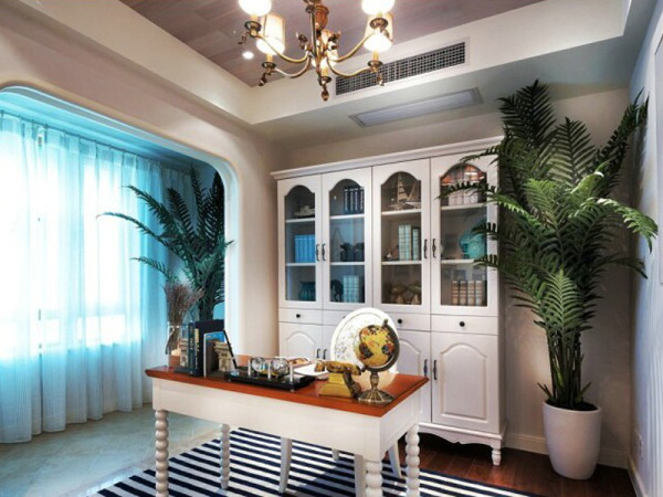 简洁且富于线条美感的书桌配上线条性的地毯,理性美的爆发。
