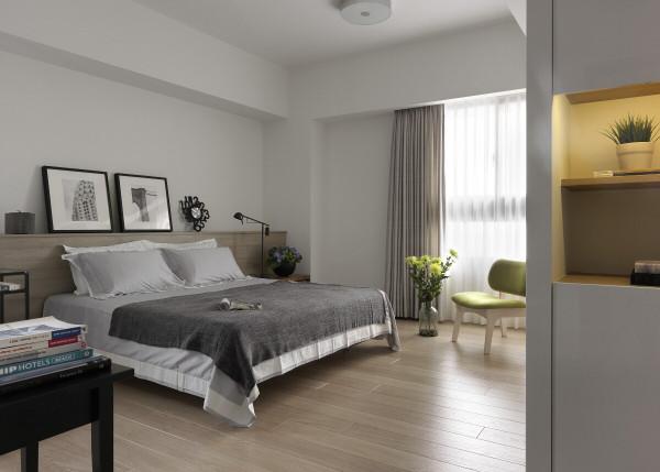 主卧房的衣橱柜面以美耐板与金属边框表现细腻质感,并满足收纳上的需求
