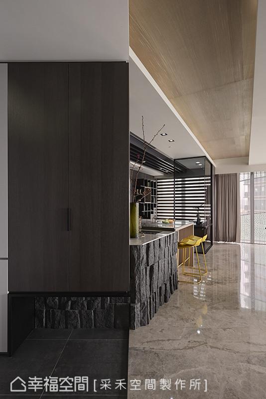 走进采禾空间制作所打造的居家殿堂,其线面处理与材质的精心铺陈,在入口处即能展现无遗。