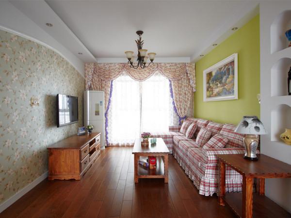 电视背景墙用大片碎花壁纸铺张,碎花窗帘以及方格沙发都是田园生活不可或缺的元素。