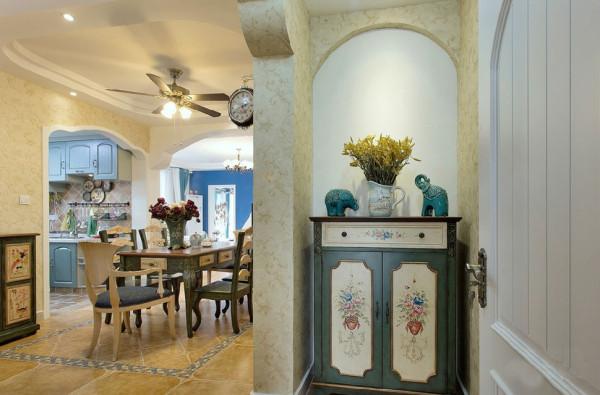 入门玄关端景以复古花纹塑造的小收纳柜和雕塑营造出艺术气息