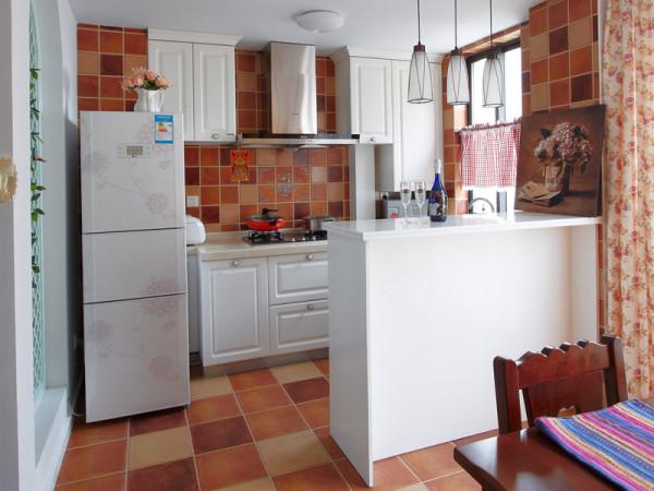 厨房用错落有致的小方块砖铺贴,为了颜色上不杂乱不显冲突,选择了白色的橱柜和冰箱。