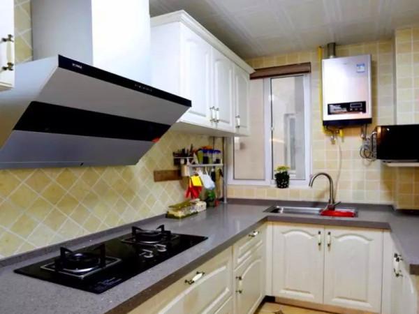 白色的模压橱柜和深灰色石英石台面,实用的厨房设计。