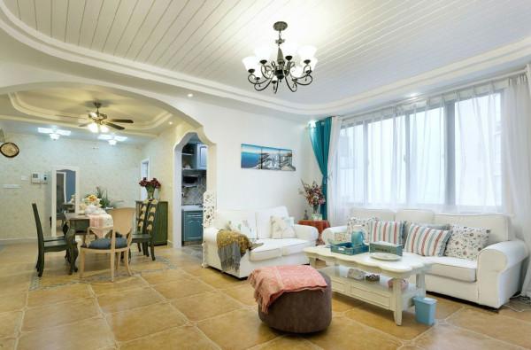浅色沙发搭配不同碎花抱枕勾勒出温馨舒适的居家感受,欧式风情茶几和美丽的摆盘让人忍不住作视觉停留