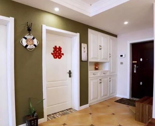 进门玄关设计入墙式鞋柜,公共区域全部用仿古砖斜铺,配上角花。