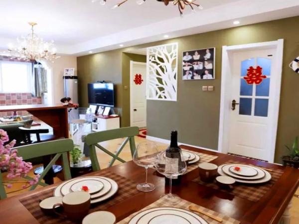 深咖色的餐桌搭配绿色调的餐椅,颜色和壁纸、沙发相协调。
