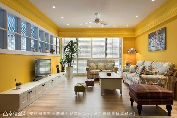压低台度的电视柜,可让屋主从书房照看家人在客厅的活动。
