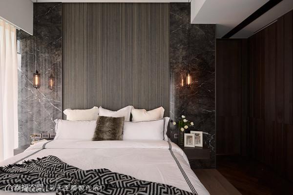 床头主墙使用大理石来增添恢弘气韵,并搭配线条优美的编织地毯,营造精品旅馆的感觉。