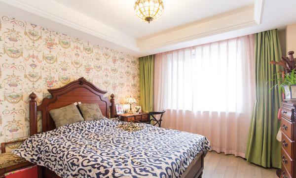 次卧,传统的樱桃色美式家具,床头柜的位置直接放了写字台~~~~~