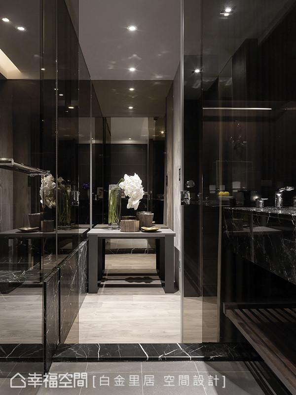 透过玻璃与镜面的辉映反射,表现精品的细腻质感,对于工作忙碌的屋主夫妻有很好的舒压效果。