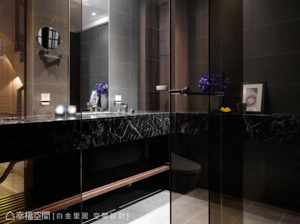 运用铁件将石材面盆轻量化,让石材在视觉上具有悬浮的轻盈感;双面盆的设计也满足夫妻俩人的使用需求。