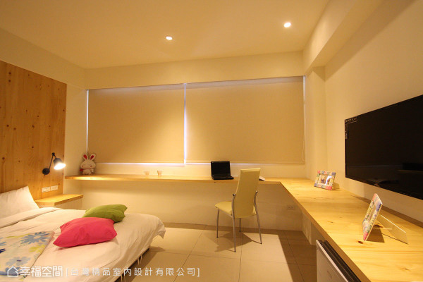 挑选浅色的木作材质,设计出墙面与书桌造型,伴随室内光源,形塑柔美的氛围。