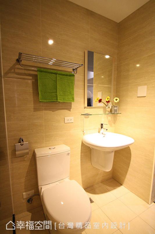 接近暖色调的磁砖铺陈浴室空间,没有冰冷感受,反而提升空间温度。