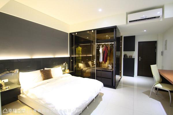 床头下方利用灰玻铺陈造型,与一旁玻璃质感的衣柜相互辉映,形塑现代时尚品味。
