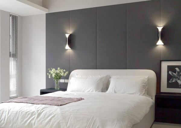 饭店式的机规划,在深色绷布的简约舒适中,对称的壁灯提供安定的卧眠气度。