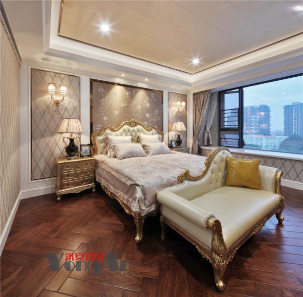 主卧的配饰彰显出主人的尊贵,家具床品依旧沿用古典雅致的色调,配以按纹布艺床品,,尽显柔美的气质,且与金色的床头柜相协调.