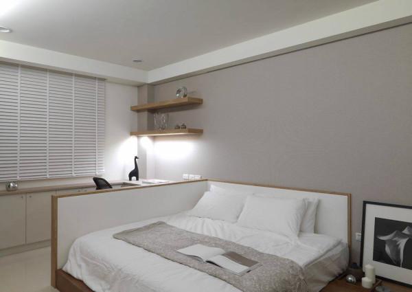 依循木地板的灵活机能需求,架高的地坪段落成为床架,加置半墙隔板划出段落机能分界。