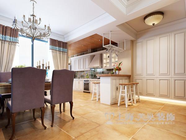 入户厨房墙被打掉了,做了一个吧台,空间立刻没有了边界。 厨房彩色的墙砖,白色的橱柜,木色的吊顶,是不是很有心情为自己准备一顿丰盛的早餐。