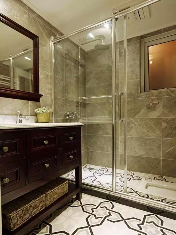 次卫地台砖纹路别致,洗手台加上藤编置物蓝,收纳空间充足。