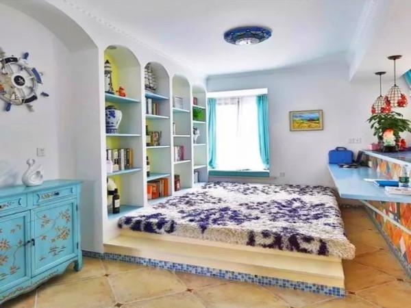 多功能开放书房设计地台,墙面定制书柜,弧形是地中海必备元素。