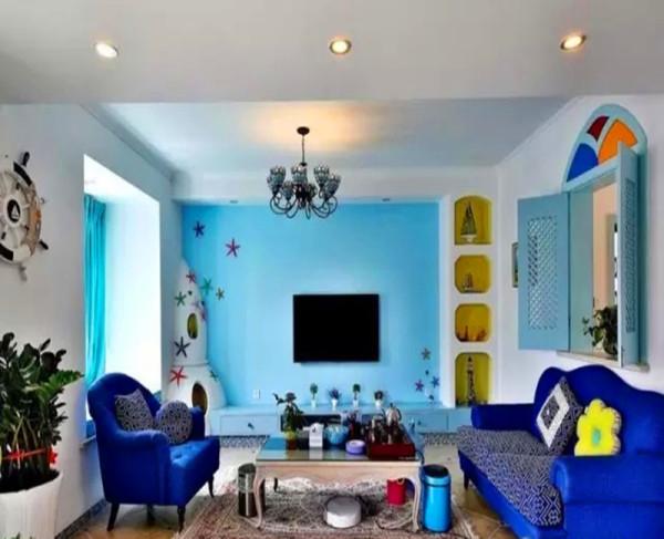 仿古砖斜铺加角花,蓝色的电视背景,富有海洋氛围的装饰,蓝色的沙发。