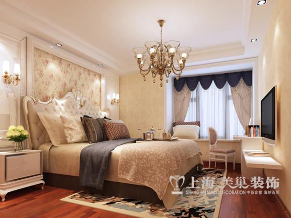升龙天汇广场三室两厅装修简欧116平效果图——主卧布局全景,色彩靓丽优雅的家具和装饰画,来凸显设计风格的高雅、独特和意蕴硬包