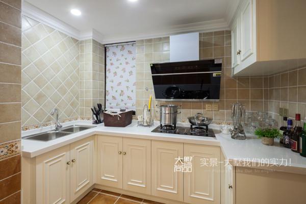 厨房墙面和地面都运用仿古砖,浅色的橱柜与墙面地面相呼应,很好的体现了空间的风格表达。