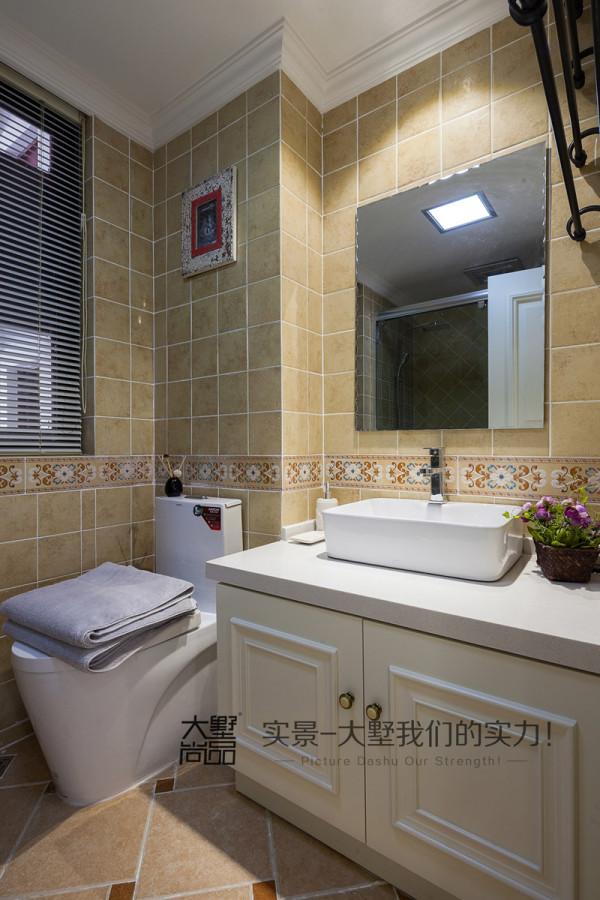 卫生间做了一个台上盆,镜子边上做了一个铁艺的毛巾架,地面复古砖斜拼,墙砖的腰花搭配,复古又时尚。