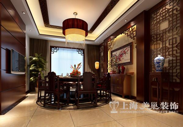 餐厅布局,端庄淡雅、古木生香,运用了简约花格及红色雪梅图,使整个房子散发出淡淡的禅意和浓浓的中国文化底蕴,现代中式的空灵与原始的淡泊气息,带给我们一种曾经羡慕的生活状态。