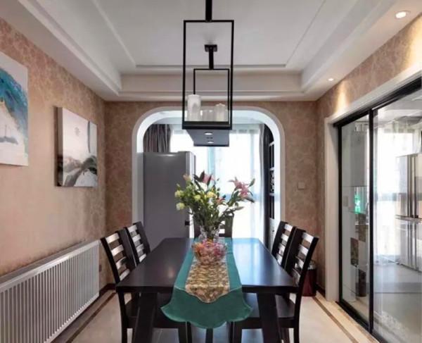 餐厅全部铺壁纸,用拱形门洞和阳台相连。