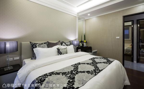 床头板铺贴素雅的壁纸,围塑出沉静的睡眠氛围,镶贴的明镜与化妆台的机能合而为一。